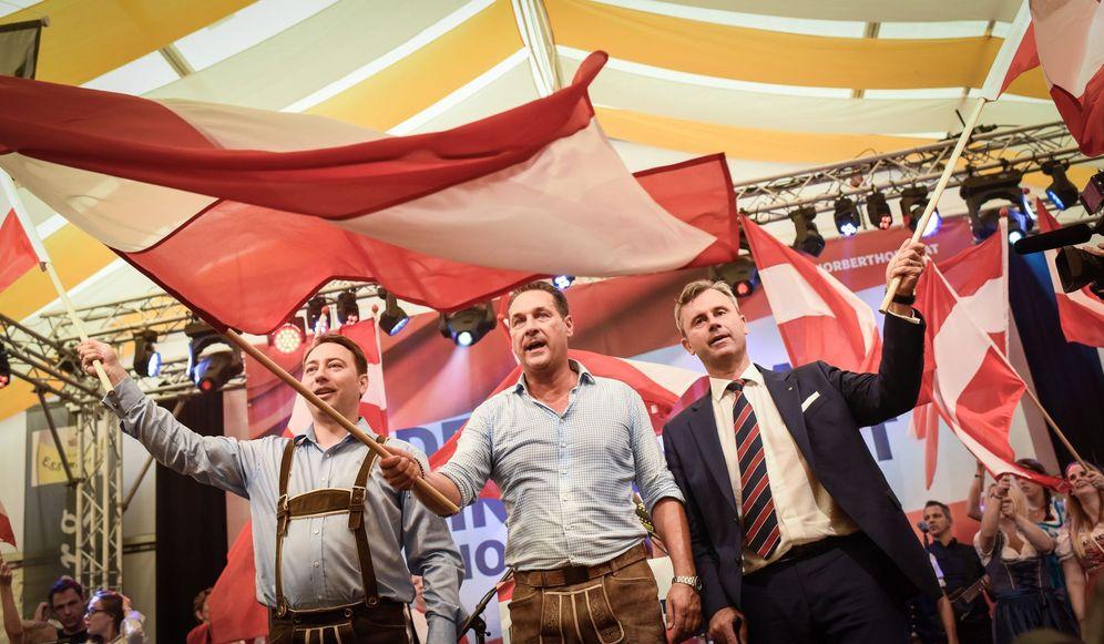 Foto: Norbert Hofer (derecha) junto a otros dos miembros relevantes del Partido de la Libertad de Austria (Reuters)