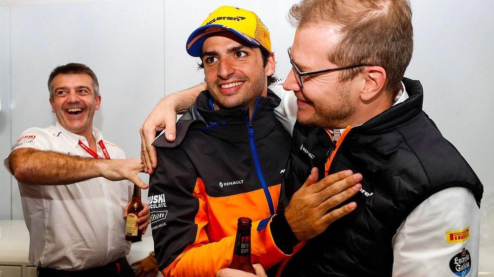 Foto: Carlos Sainz y Andreas Seidl celebran el podio en Brasil. (McLaren)