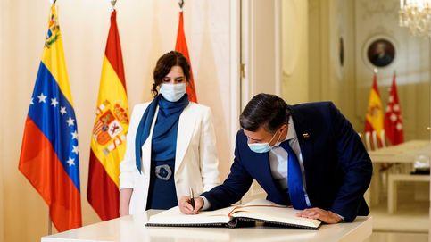 Isabel Díaz Ayuso recibe a Leopoldo López en la sede del Gobierno madrileño