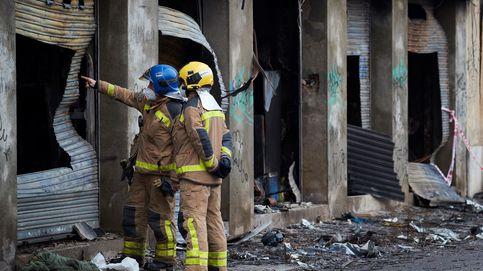 Los operarios que trabajan en la demolición de la nave de Badalona hallan un cuarto cadáver