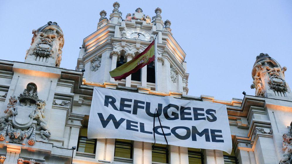 Foto: Pancarta de bienvenida a los refugiados instalada en el Ayuntamiento de Madrid. (EFE)
