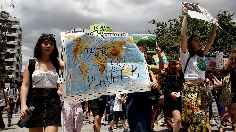Varios estudiantes se manifiestan contra el cambio climático dentro de la campaña 'Friday for Future'. (EFE)