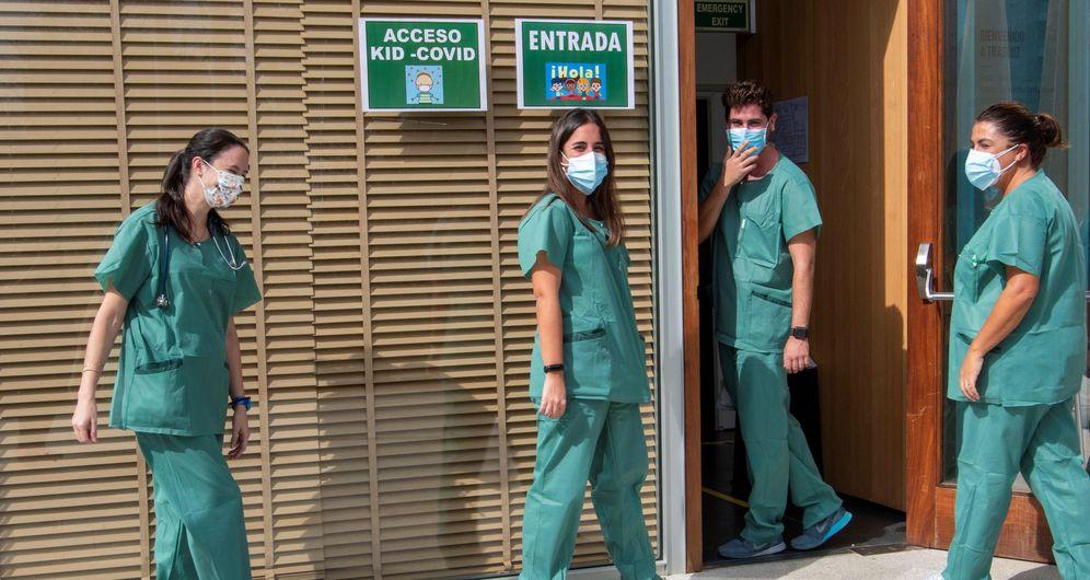 Foto: Sanitarios encargados de la unidad Kid Covid entran en las instalaciones de la misma en Palma de Mallorca este lunes. (EFE)