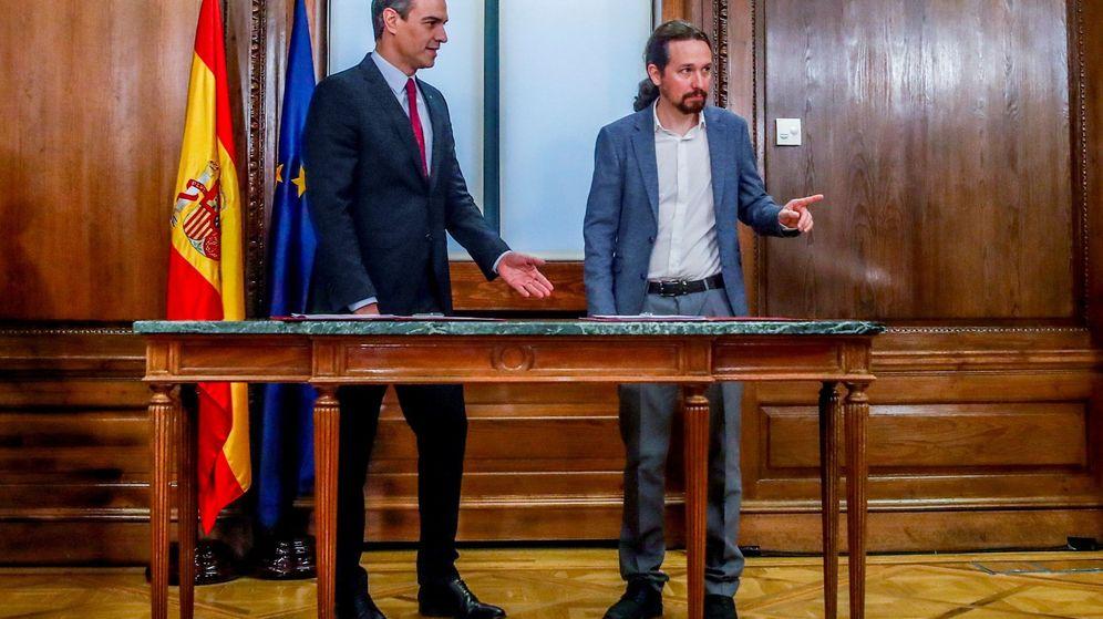 Foto: Pedro Sánchez y Pablo Iglesias firman el programa. (EFE)