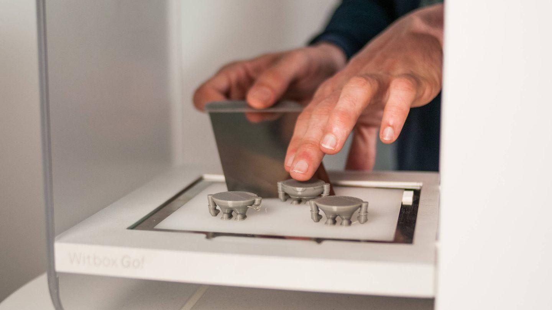 Cuando se acaba de imprimir las diferentes piezas, toca rascar.(C.Castellón)