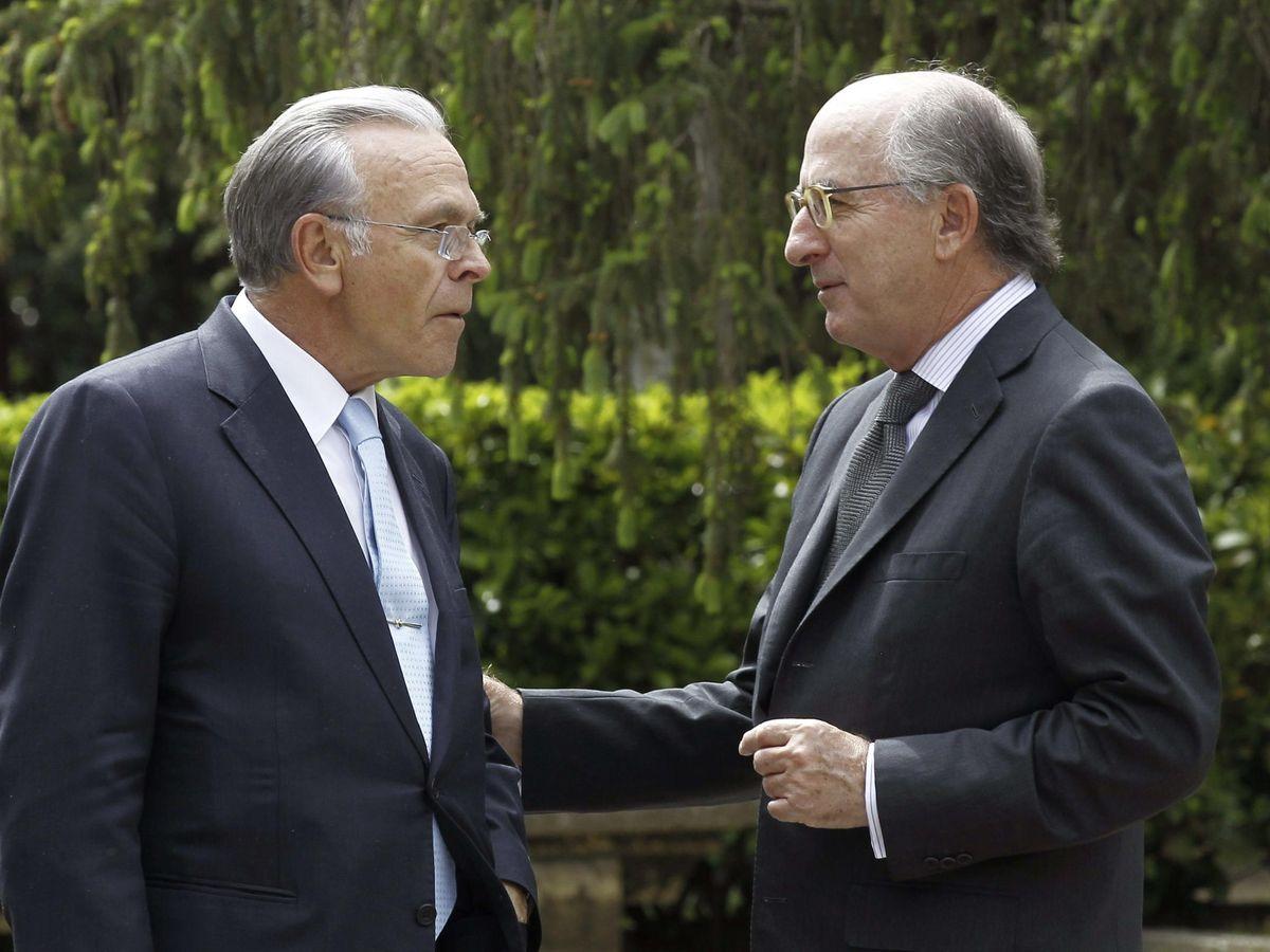 El presidente de Repsol, Antonio Brufau (d), conversa con el expresidente de CaixaBank Isidre Fainé (i), en una imagen de archivo de 2014. (EFE)