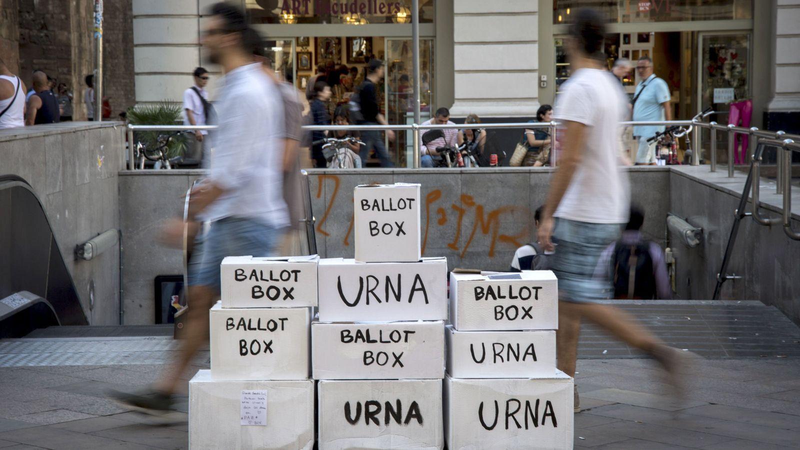 Foto: Una instalación con urnas de votación, en referencia al referendum del 1-O pocos días antes de su celebración. (EFE)
