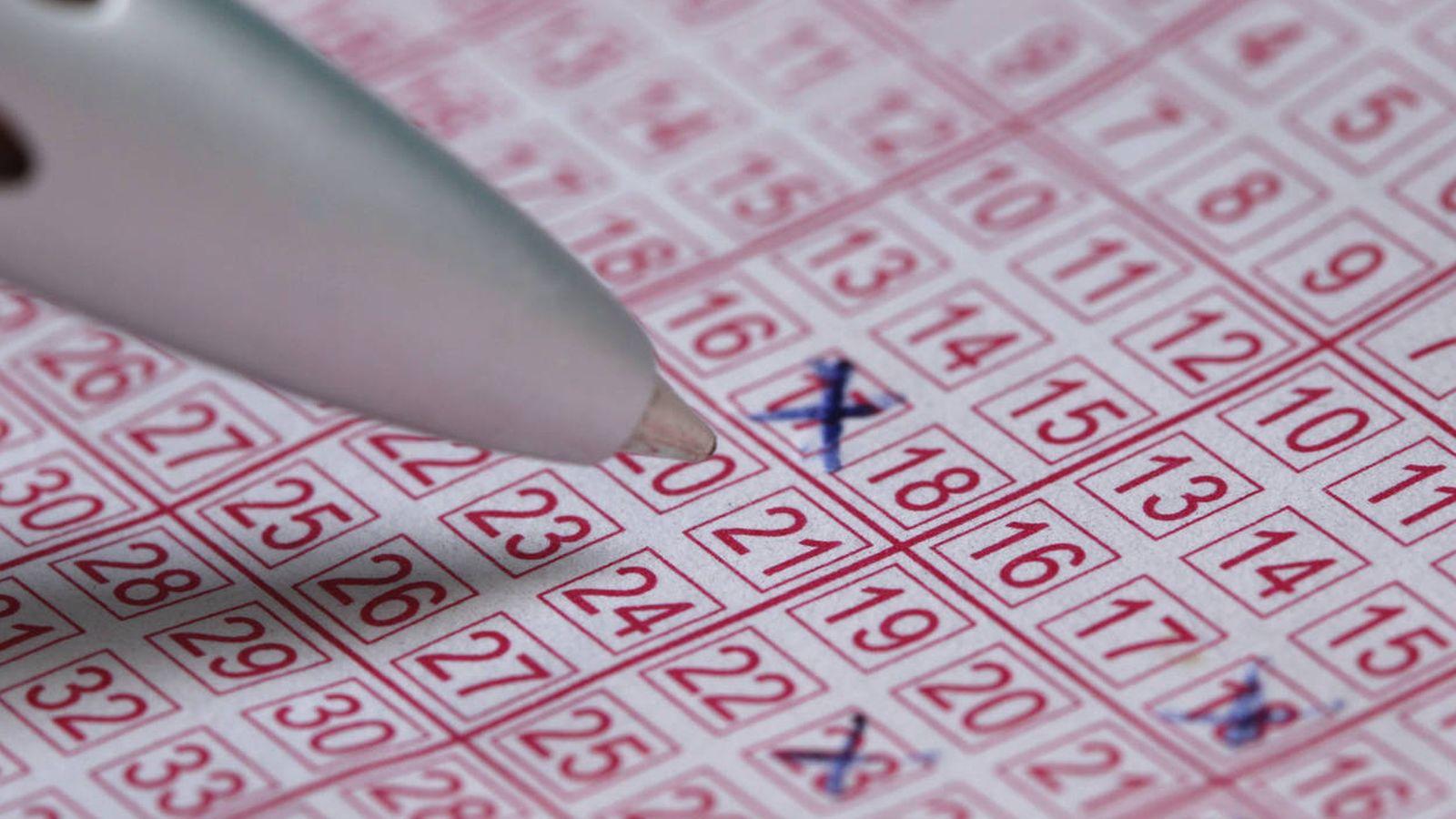 Foto: Un participante de una lotería rellena un boleto. (iStock)