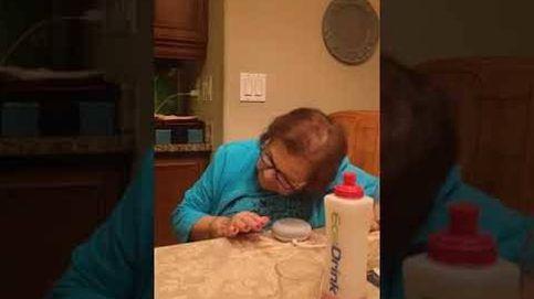 Esto es lo que pasa cuando enseñas a tu abuela a hablar con Google