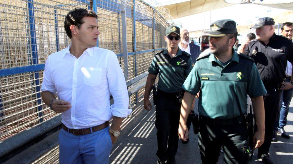 Foto: El presidente de Ciudadanos, Albert Rivera, acompañado de miembros de la Guardia Civil, durante su visita a la valla de Ceuta. (EFE)