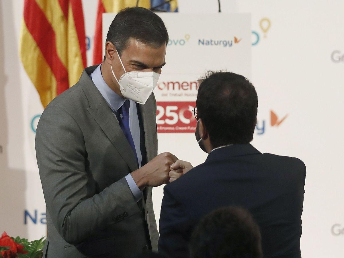 Foto: El presidente del Gobierno, Pedro Sánchez, saluda al presidente de la Generalitat, Pere Aragonès. (EFE)
