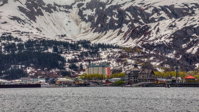 Vista de Whittier, Alaska, desde un barco turístico en la bahía. (iStock)