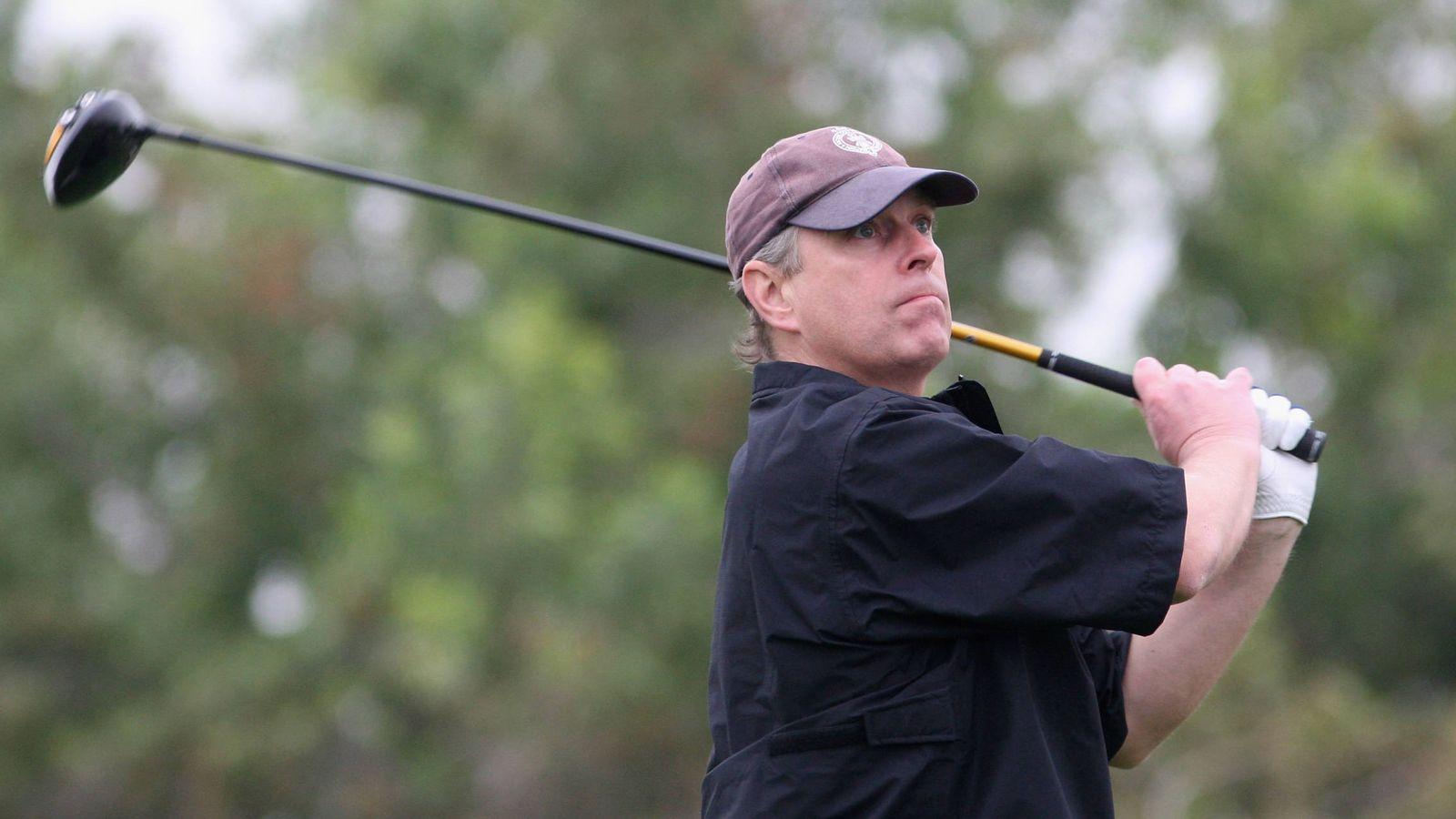 Foto: El príncipe Andrés de Inglaterra, en el campeonato de golf de Abu Dabi. (Getty)