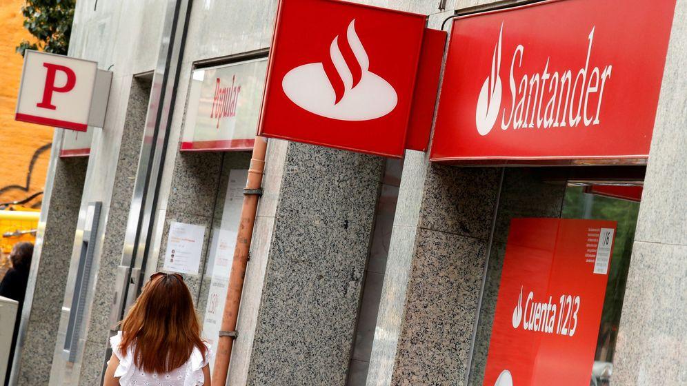 Foto: Una oficina de Banco Popular y otra del Santander, en Barcelona. (Reuters)
