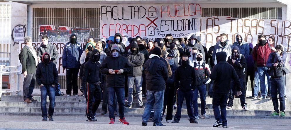 Foto: Grupos de estudiantes durante la concentración en la Universidad Complutense. (EFE)
