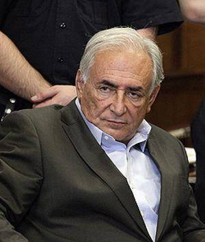 Amigos de Strauss-Kahn ofrecieron dinero a la presunta víctima, según un diario