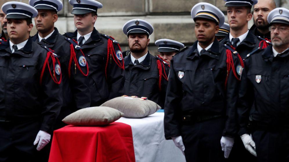 Foto: Ataúd de uno de los tres policías asesinados por otro trabajador de la Administración. (Reuters)