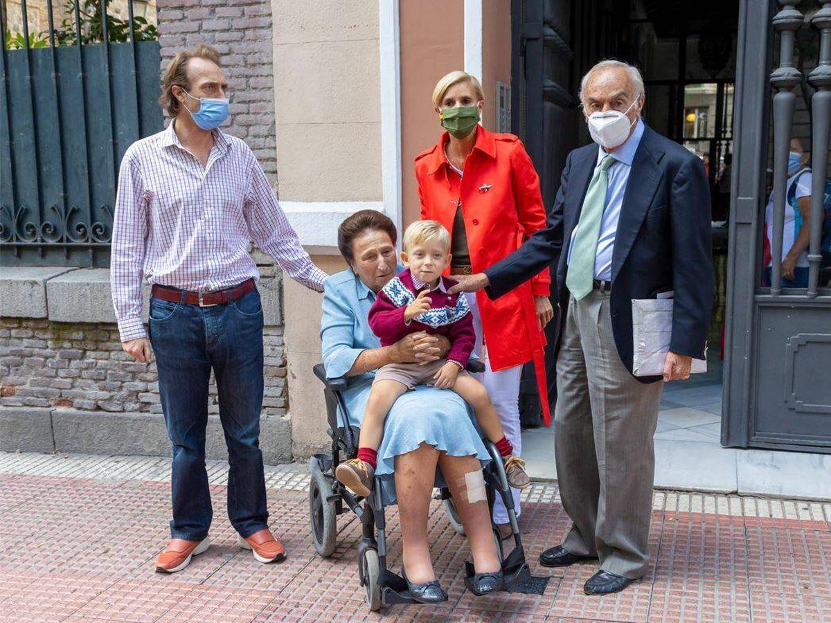 Foto: La familia de María Zurita, a las puertas del restaurante donde se celebró el cumpleaños. (Foto: JSA)
