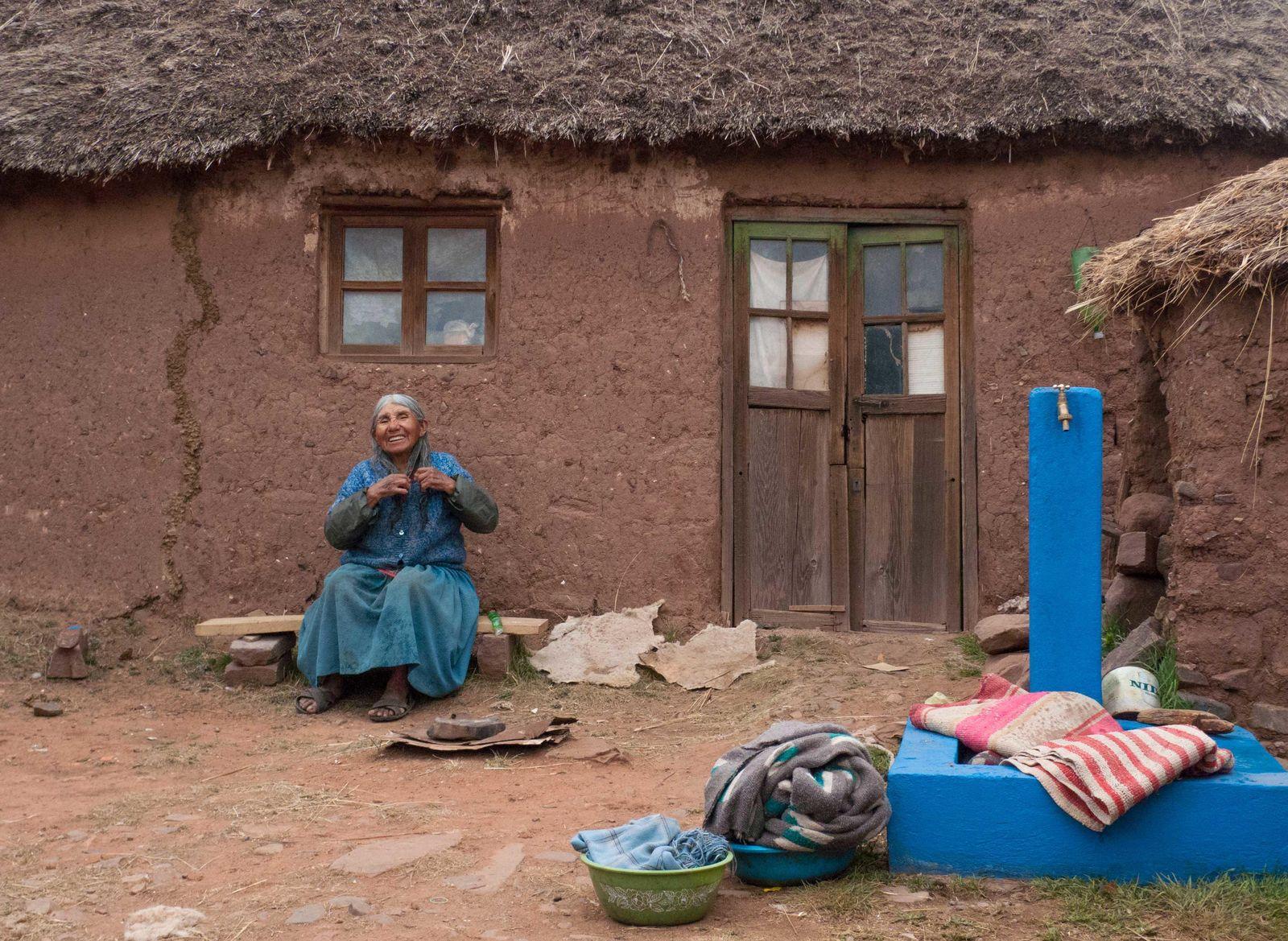 Foto: Ademas de la pileta en la que lava la ropa, la cooperación española ha proporcionado a Lucía Quispe un baño ecológico. (Paula Guisado)