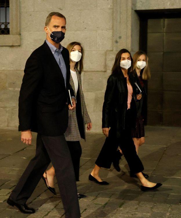 Foto: Los Reyes y sus hijas, a la salida del recinto. (EFE)