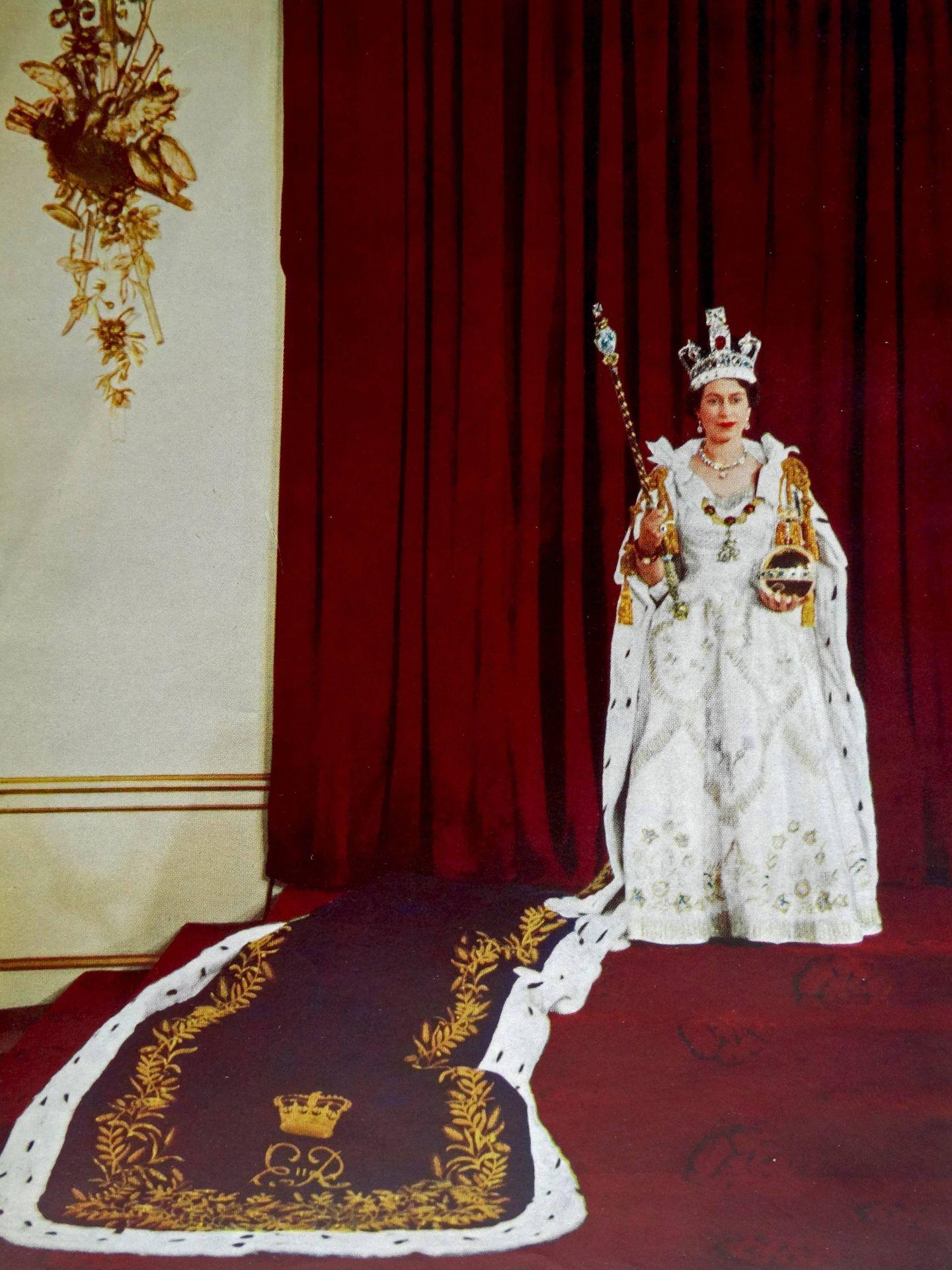 Ian Thomas ayudó a realizar el vestido de la coronación de Isabel II. (Cordon Press)