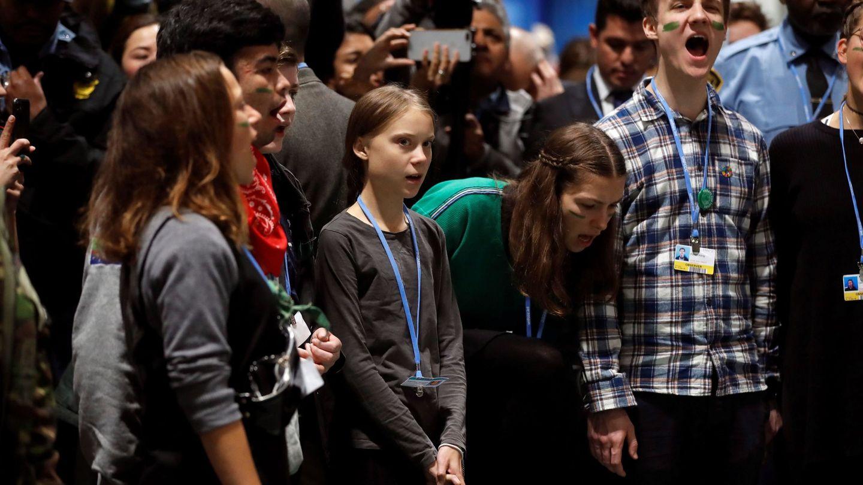 La joven activista climática junto con otros jóvenes de Fridays for Future en la cumbre (EFE)