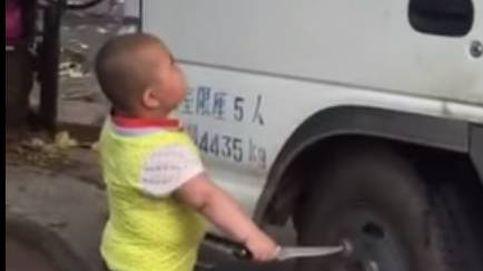 El niño chino (y armado) que no quiere que aparques en su esquina