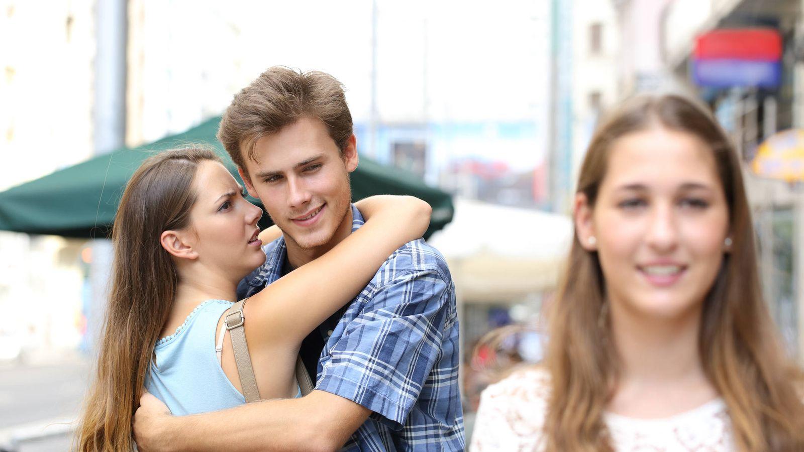 Resultado de imagen para novio con su novia mirando a otra mujer