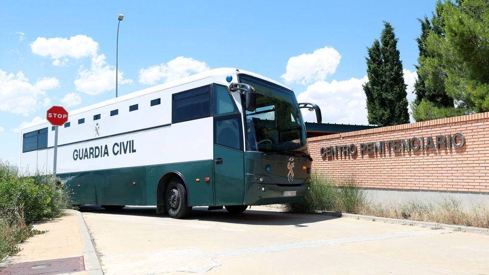 Foto: Furgón policial que traslada a Junqueras, Romeva, Sànchez y Cuixart, a su llegada al centro penitenciario de Zuera, en Zaragoza. (EFE)