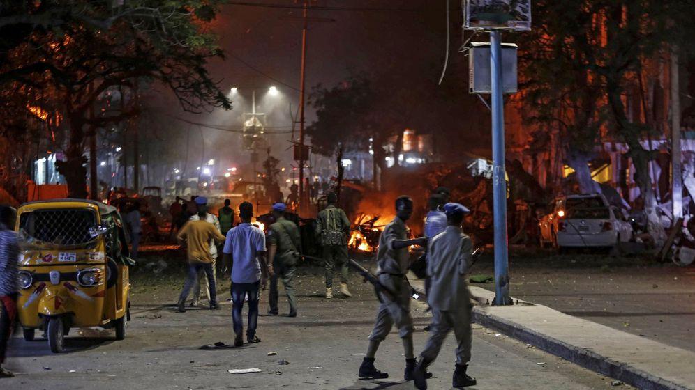 Foto: Agentes de seguridad montan guardia junto al ligar donde explotó un coche bomba en Mogadiscio. (EFE)