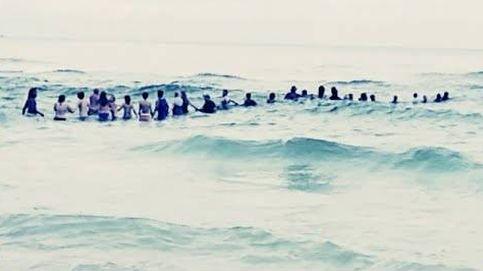 Una cadena humana de 80 personas salva a una familia de ahogarse