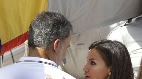 Casto y en la mejilla: el beso de Letizia a Felipe en el Club Náutico de Mallorca