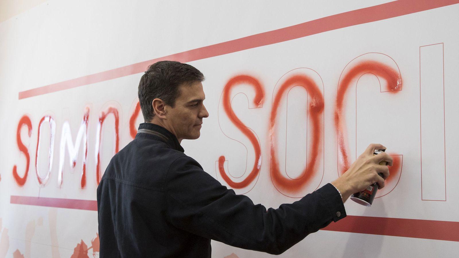 Foto: Pedro Sánchez, este 28 de enero en Dos Hermanas, pintando con espray su lema de campaña. (EFE)