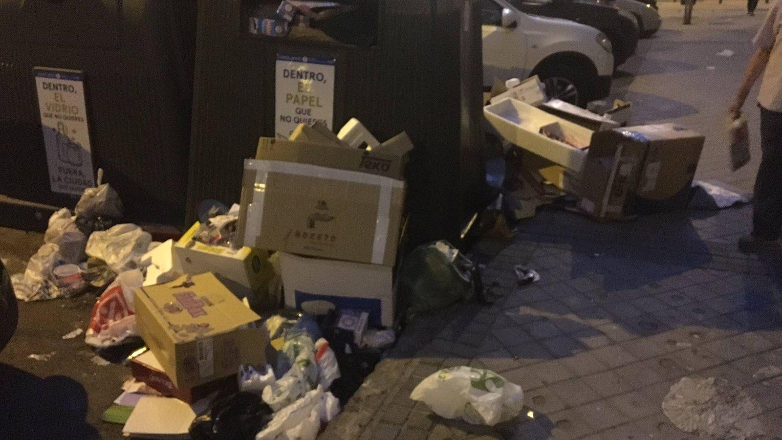 Foto: Basura tirada alrededor de contenedores en una calle de Madrid.