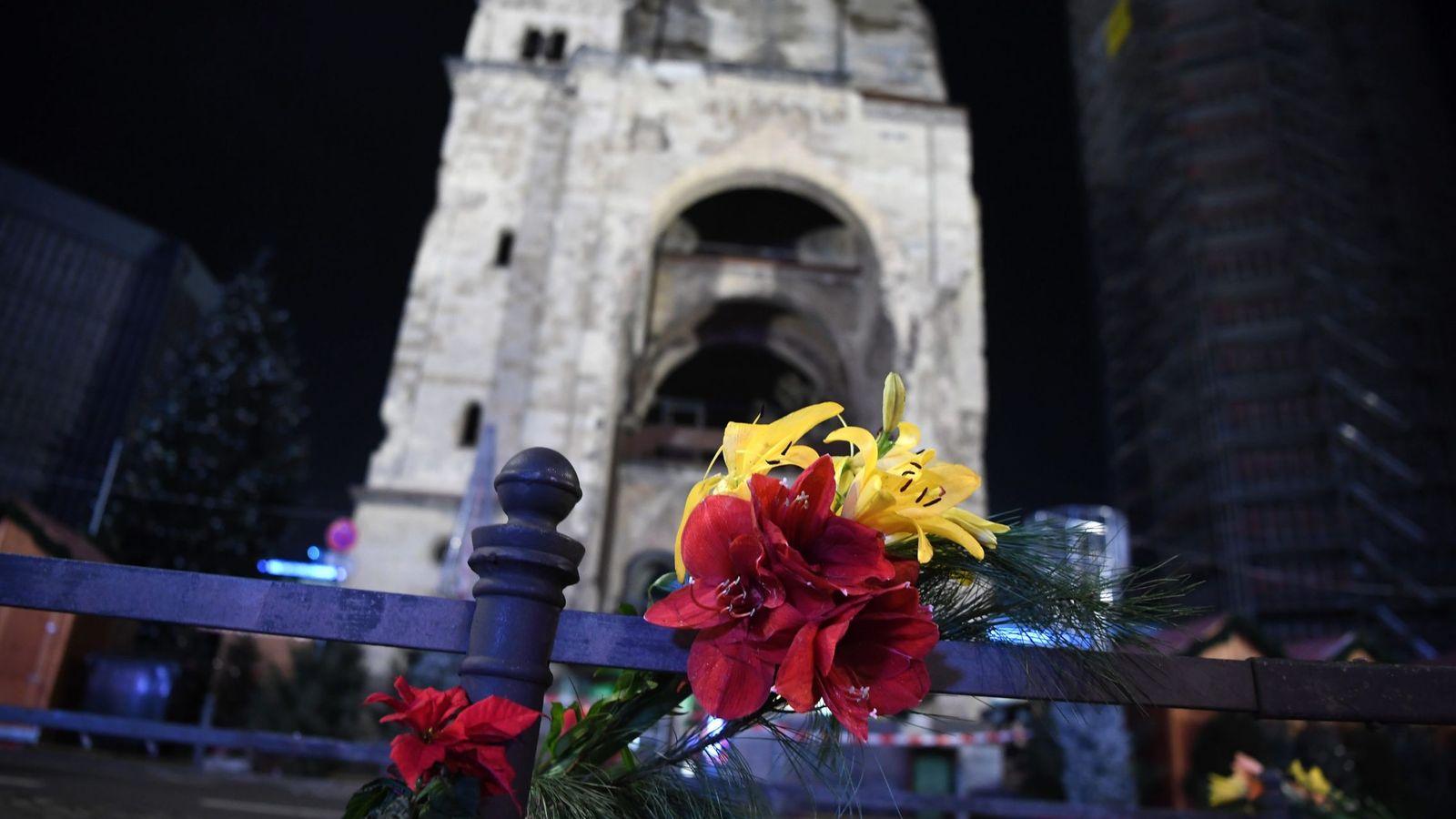 Foto: Flores en memoria de las víctimas. (EFE)