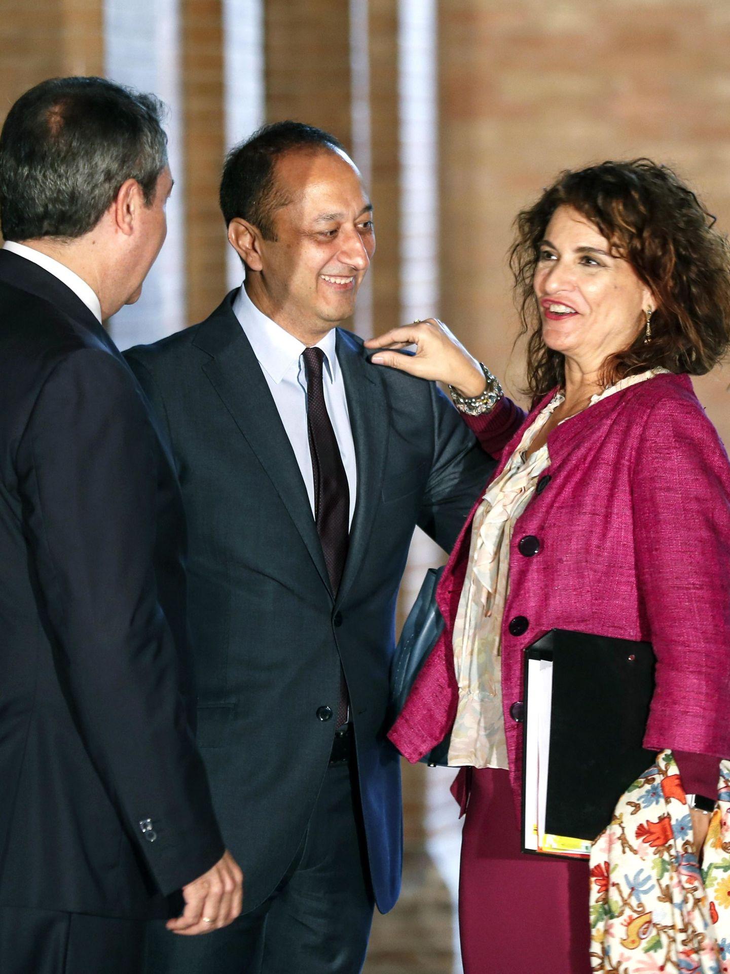 La ministra de Hacienda, María Jesús Montero (d), saluda al alcalde de Sevilla, Juan Espadas, y al delegado del Gobierno en Andalucía, Alfonso Rodríguez Gómez de Celis, momentos antes del Consejo de Ministros celebrado en Sevilla el pasado 26 de octubre. (EFE)