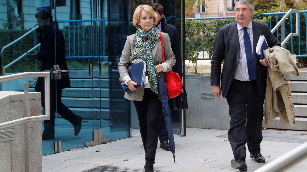 Foto: Esperanza Aguirre, junto a su abogado Carlos Aguilar, tras declarar en la Audiencia Nacional. (EFE)