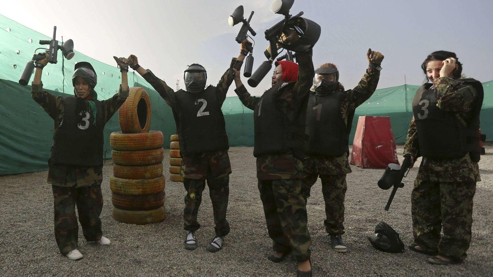 Foto: Varias personas jugando al 'paintball'. (Reuters)