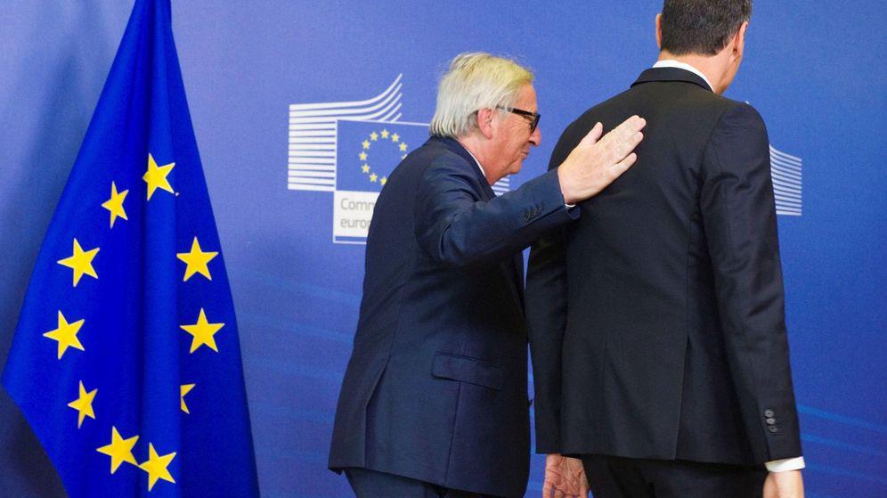 Foto: Pedro Sánchez (d), junto al presidente de la Comisión Europea, Jean-Claude Juncker. (EFE)