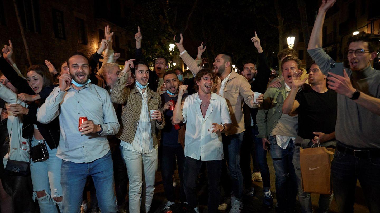 Varias personas en el paseo del Born, en Barcelona. (EFE)