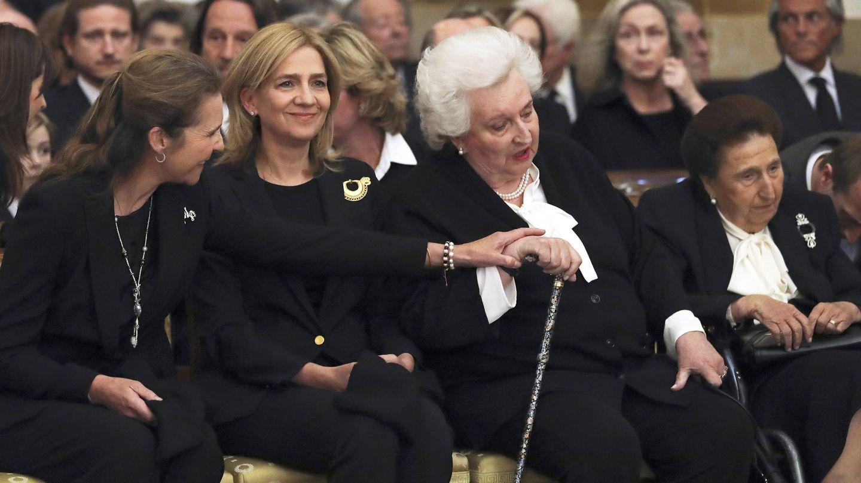Las infantas Elena, Cristina, Pilar y Margarita, en el funeral de Alicia de Borbón-Parma. (Getty)