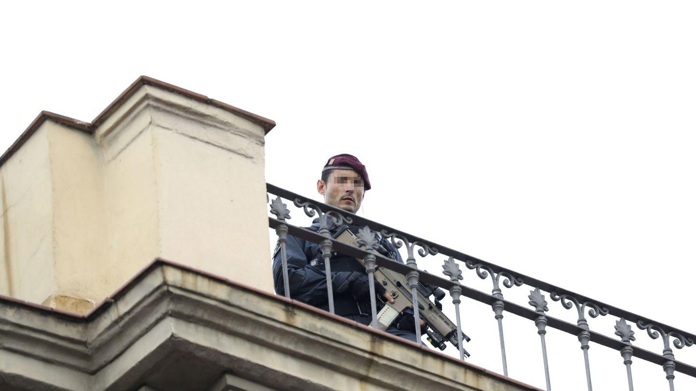Un 'mosso' vigila desde una azotea en las Ramblas días después del atentado. (EFE)