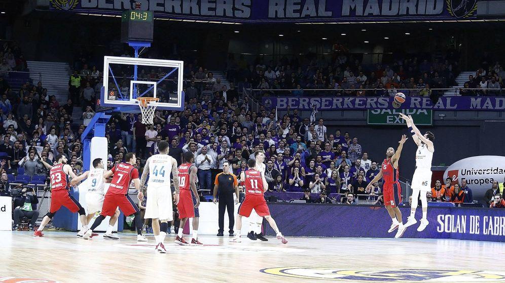 Foto: Momento en el que Rudy Fernández lanza el tiro decisivo en el Real Madrid-Baskonia. (Euroliga)