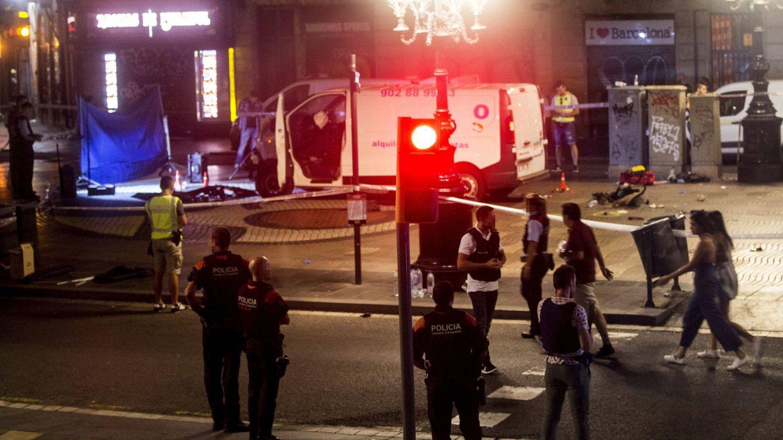 Foto: Imagen de la furgoneta que ha provocado el atentado ocurrido en las Ramblas de Barcelona. (EFE)