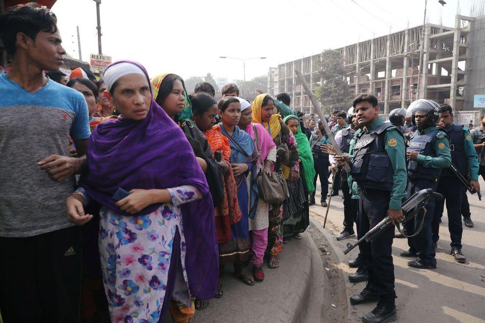 Foto: Agentes de policía ante trabajadores del sector textil que piden un aumento de salario, en Dacca. (Reuters)