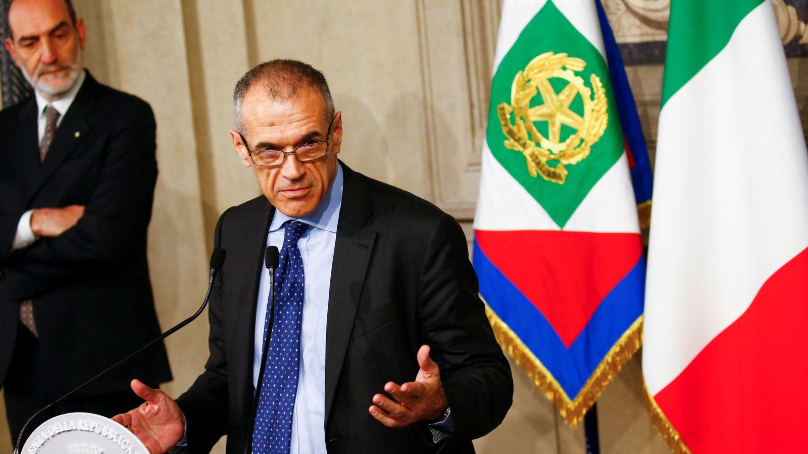 Foto: Carlo Cottarelli, exdirectivo del FMI, ante los medios tras su reunión con Sergio Mattarella. (Reuters)