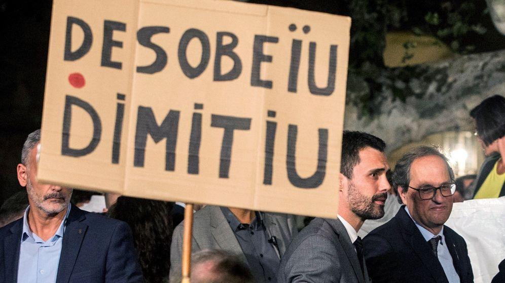 Foto: El presidente de la Generalitat, Quim Torra (d), y el presidente del Parlament, Roger Torrent (2d), hablan con los manifestantes que portan carteles con lemas como 'O desobedezca o dimita'. (EFE)