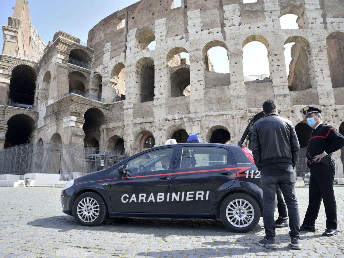 Foto: Carabinieri en el Coliseo en Roma. (EFE)