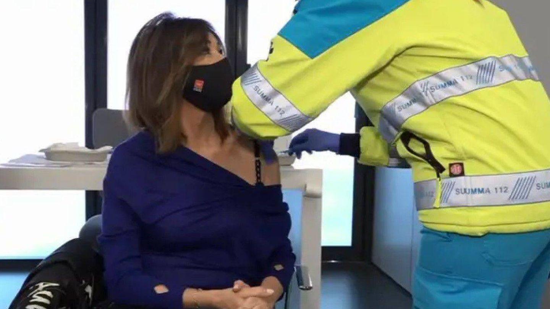 Ana Rosa, durante el momento de su vacunación. (Mediaset)
