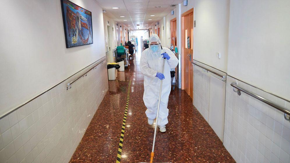 Foto: Una operadora de limpieza realiza su trabajo en el Hospital del Mar, en Barcelona. (EFE)